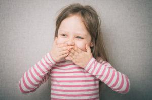 Ребенок закрывает рот