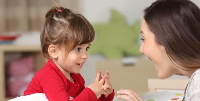 Если ребенок заикается, разговаривайте с ним медленно и спокойно