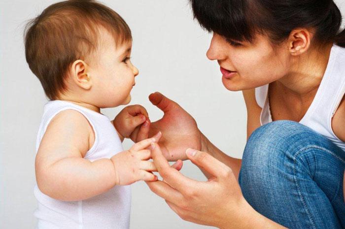 Ребенок учится говорить, подражая взрослым